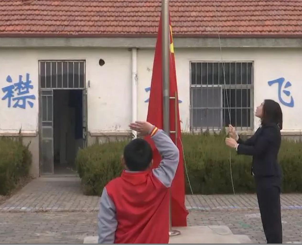 竹岔岛小学,每周一教师薛倩倩都会跟学生薛文炫一起升旗。受访者供图
