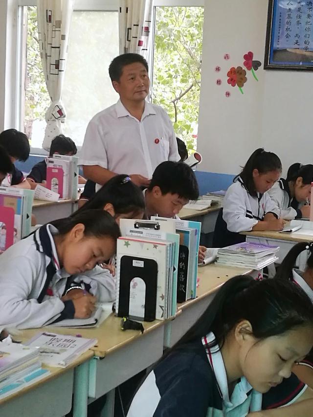 河南原阳农村教师坚守滩区三十载,把753名贫困生培养成大学生,用自己满脸皱纹和斑白双鬓铺就孩子成才之路