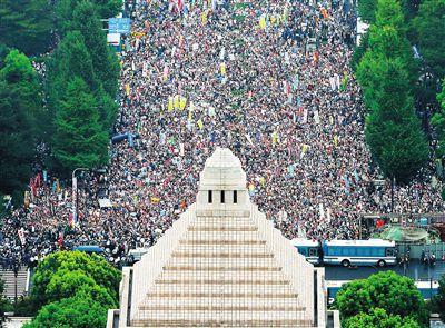 2018年8月30日,12万日本民众在东京日本国会大楼前举行反对安保法案抗议集会(资料图)