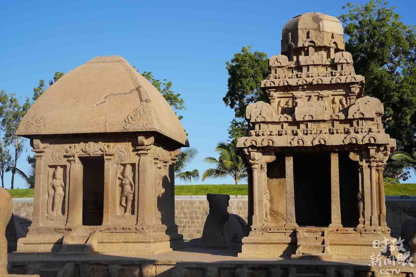 △黑公主战车(左)是其中最小的一座,里头雕刻的是女神杜尔加。它旁边是阿周那战车(右),据称该战车奉献给湿婆神。