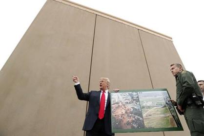 特朗普视察美墨边境墙样板