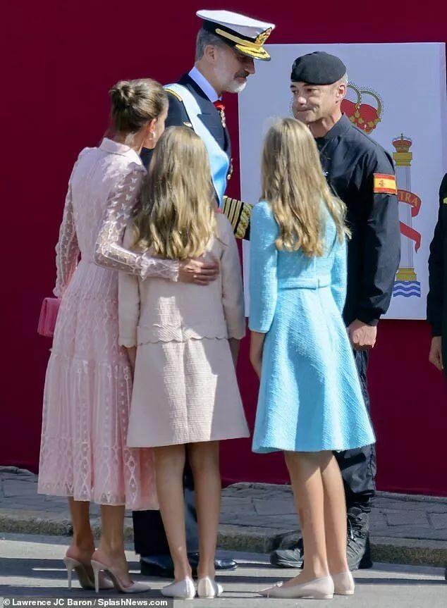 王室成员安慰发生意外的伞兵。图源:《每日邮报》