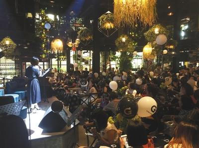 5月26日,在北京通州区一家音乐餐厅里,一位环球捕手的服务商在发表演讲。
