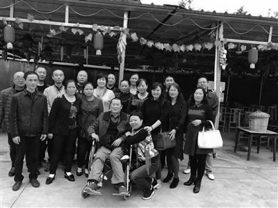 雷泽平(坐轮椅者)和同学们相符影。
