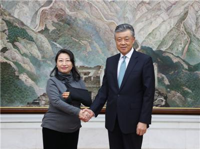 图为中国驻英国大使刘晓明会见郑若骅
