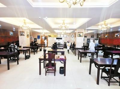 郑州一家餐馆恢复堂食后,顾客一人一桌就餐 受访者供图