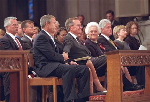 """""""911事件""""发生3天后,老布什紧紧抓住儿子的手。(图/白宫)"""