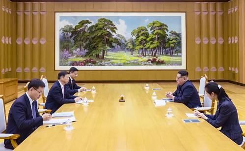4月14日,朝鲜劳动党委员长、国务委员会委员长金正恩在劳动党中央委员会总部会见中共中央对外联络部部长、中国艺术团团长宋涛。 (新华社)