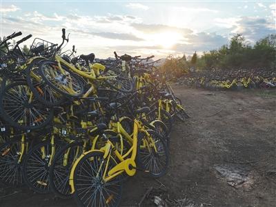 """北京市丰台区王佐镇瓦窑村西侧的共享单车""""收容站"""",堆积成山的ofo单车。"""