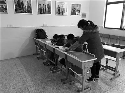 """瘫痪师范生躺着""""授课"""" 20年义务辅导300多名留守儿童"""