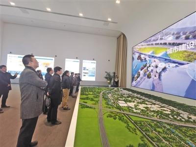 高校负责人实地调研,观看文旅区沙盘和宣传片。 新京报记者 张璐 摄