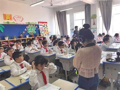 """学生们在课堂上使用""""头环""""。金华市孝顺镇中心小学官网"""