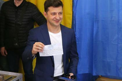泽连斯基向媒体展示已经填写完毕的选票 (图源:俄新社)