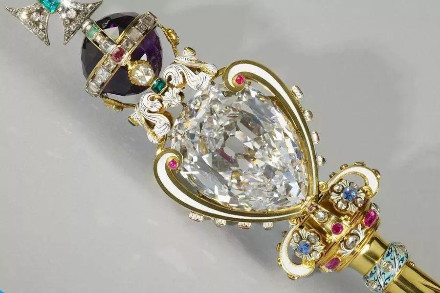 """▲ 权杖镶嵌""""库里南第一""""钻石重达530.4 克拉。"""