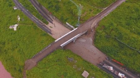 成昆铁路四川汉源段因暴雨和泥石流灾害中断|成昆铁路中断