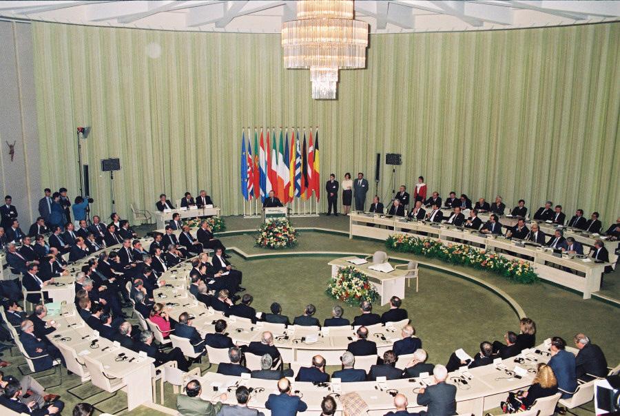 1991年签定的《马斯特里赫特条约》即《欧洲联盟条约》,由法国总统密特朗与德国总理科尔共同挑出 图源:European Commission Audiovisual Service