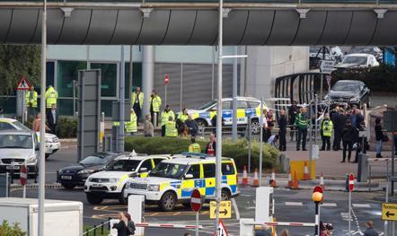 警方聚集在曼彻斯特机场。图源:路透社