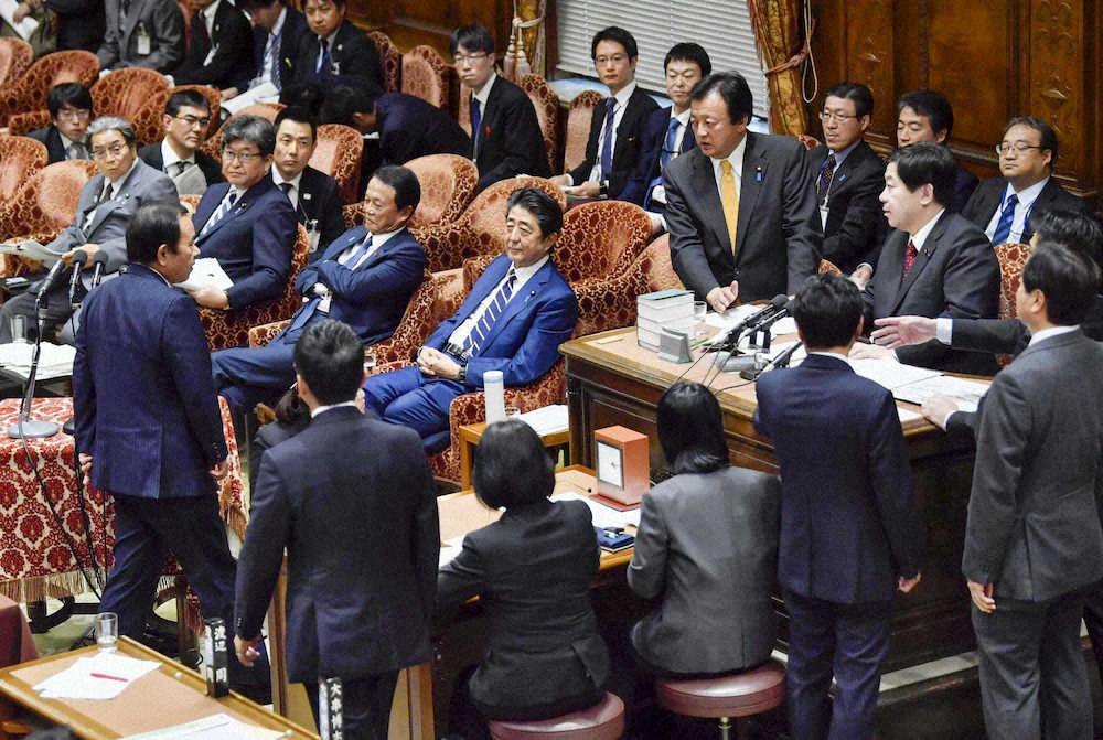 多名在野党议员起身要求安倍道歉(共同通信社)