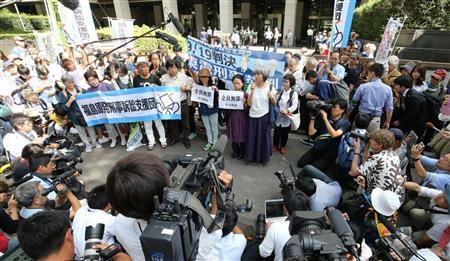 """收到判决结果后,""""福岛核事故起诉团""""在东京法院前表示抗议。(产经新闻)"""