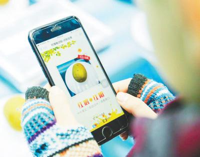 成都市民使用人工智能手机软件识别商品。 本报记者 宋豪新摄