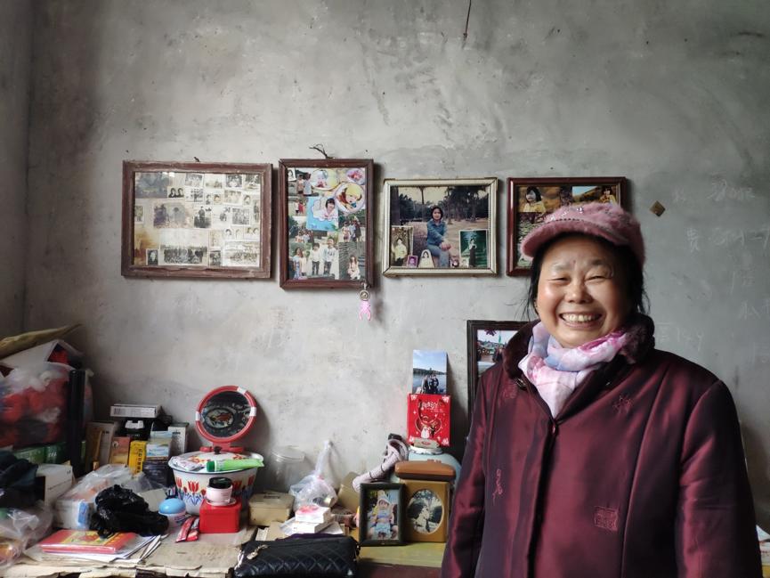 姑妈的家,灰蒙蒙的墙面挂着三代人的照片,比起大城市,她更喜欢乡下的一亩三分地。