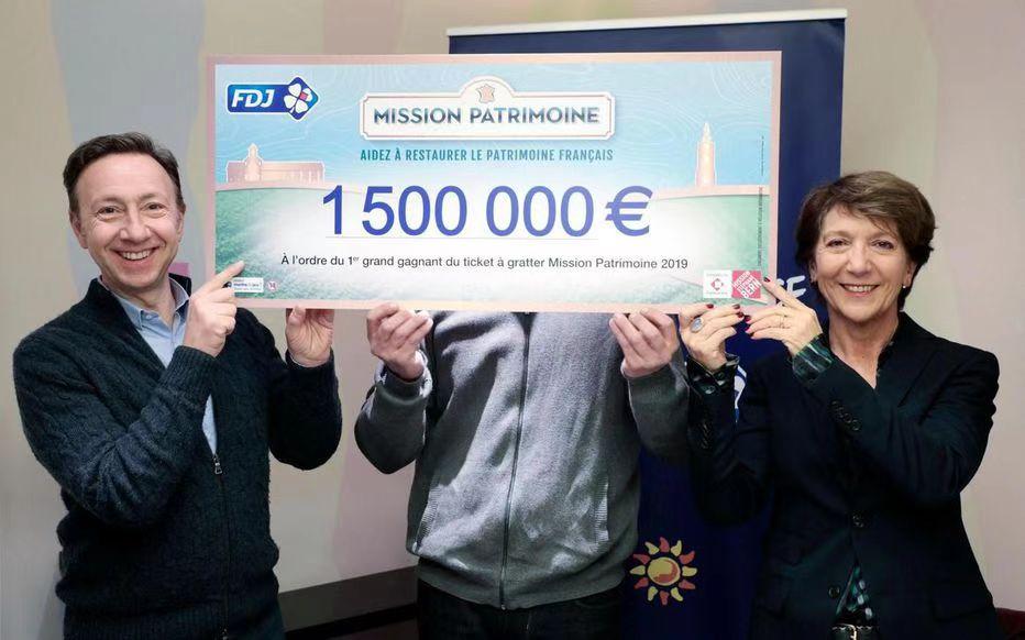 """图片说明:""""法国文化遗产大使""""电视节目名主持人斯蒂芬·贝尔内(左)和斯蒂芬妮·帕莱兹为中奖者颁奖。(巴黎人报)"""