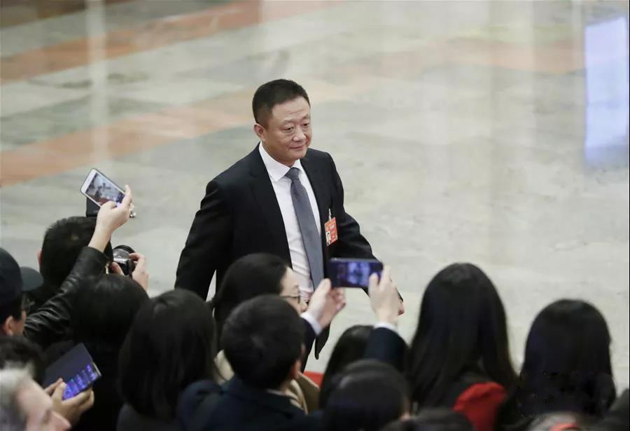 """这是退役军人事务部部长孙绍骋步入""""部长通道""""准备接受采访。 新华社记者 沈伯韩 摄"""