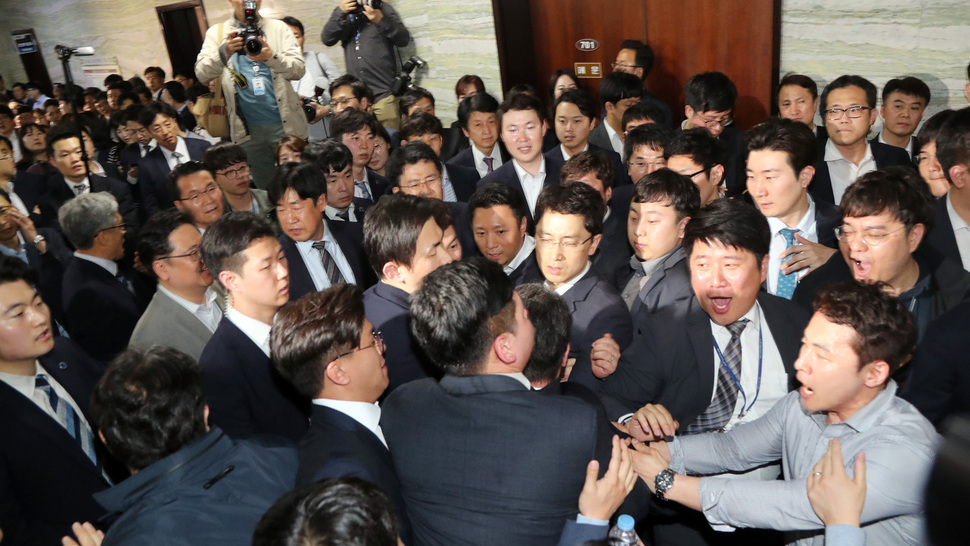 25日晚,韩国朝野议员在国会发生冲突(《韩民族》)