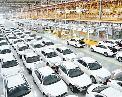 工人在位于河北省黃驊市的北京新能源汽車股份有限公司黃驊分公司生產車間工作。  新華社記者 楊世堯攝