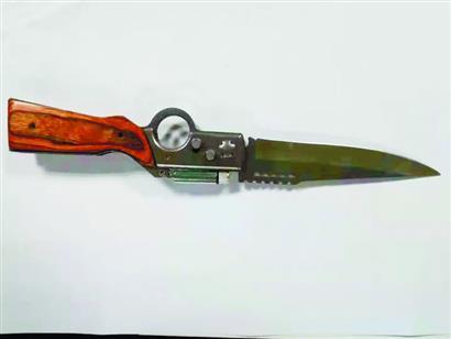 兇徒所持的匕首。楚天都市報 圖