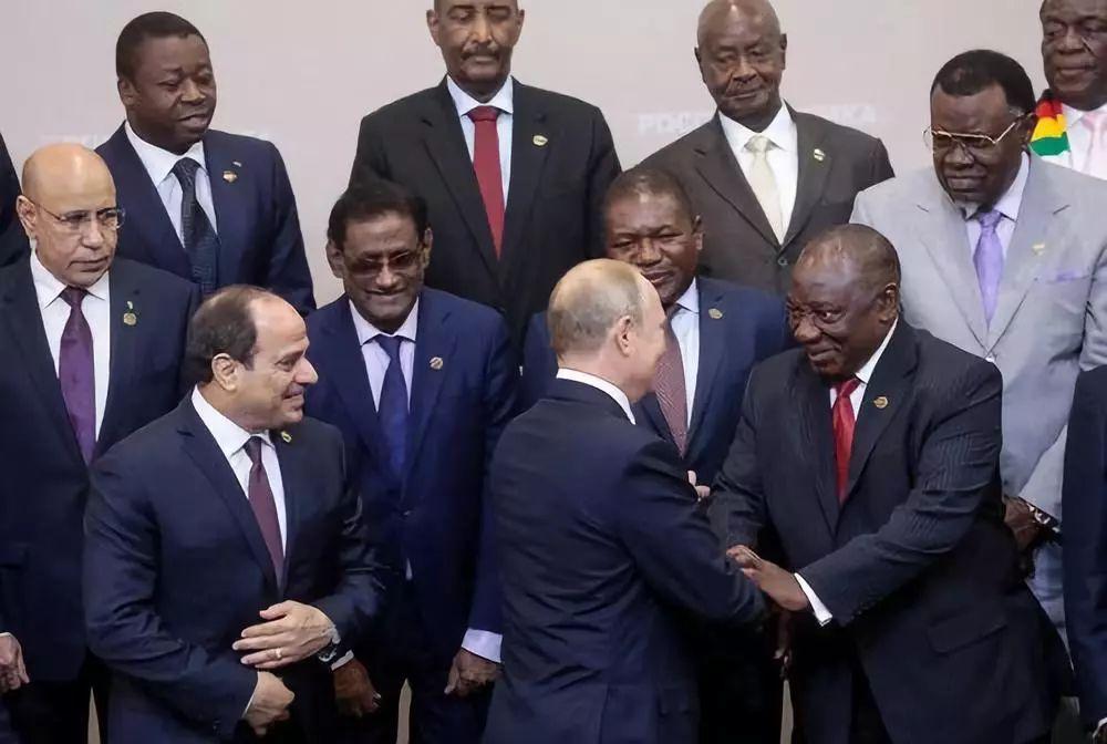 10月24日,在俄罗斯索契,俄总统普京(中)与南非总统拉马福萨握手。新华社/路透