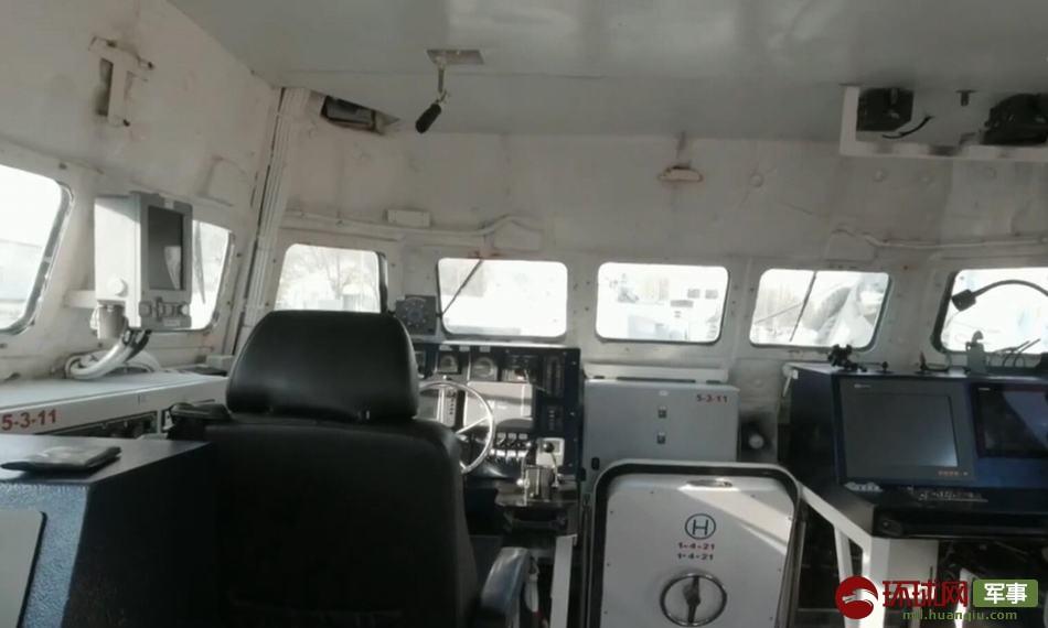 炮艇的驾驶舱画面。