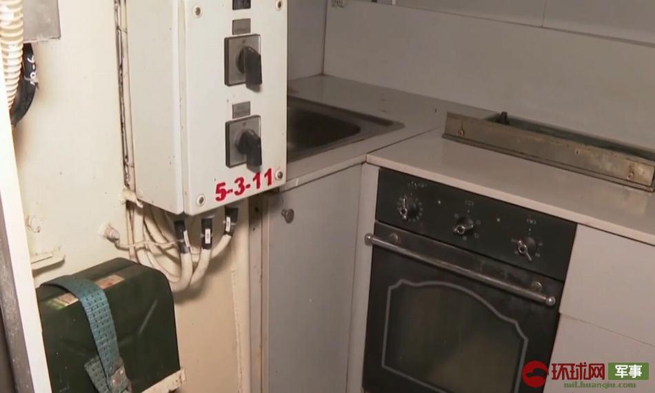 炮艇内部的厨房设施,烤箱、灶台等都还在。