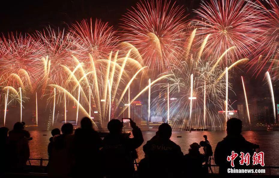 资料图:人民在维多利亚港跨年。 中新社记者 张炜 摄