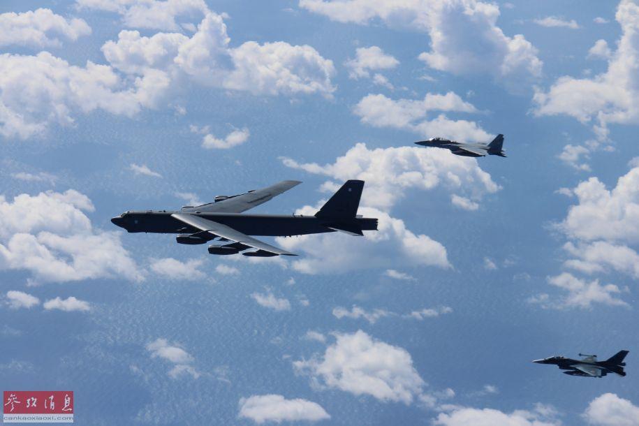 图中分别有一架F-2战机和一架F-15J战机为B-52H护航。