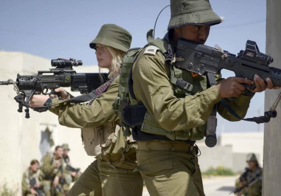 以色列陆军男、女兵协同作战训练。