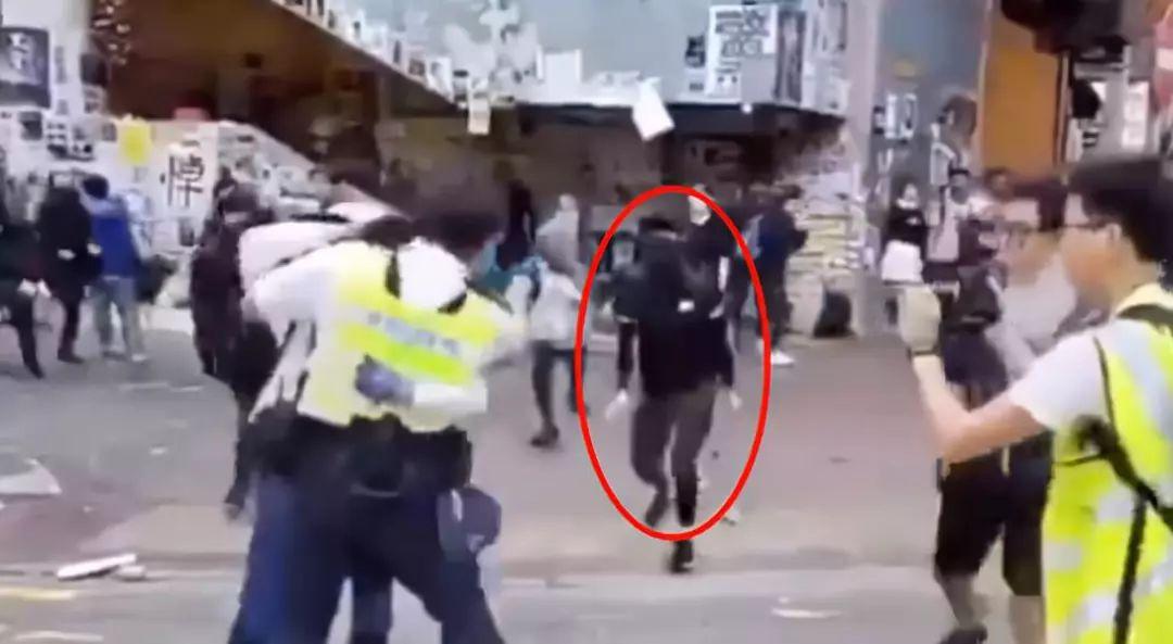 有黑衣男子被警方疑似意图抢警员配枪,被警员击中(港媒截图)