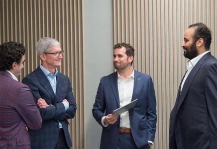 (苹果公司CEO库克与萨勒曼,图片来源:沙特阿拉伯大使馆Twitter)