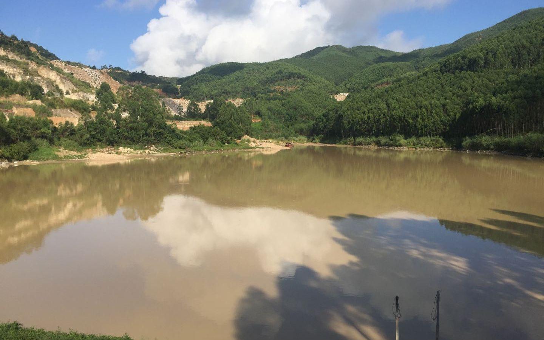 """8月27日,漳浦县赤岭乡,被中央环保督察组批评沦为""""牛奶湖""""的蔡坑水库。 新京报记者 张胜坡 摄"""