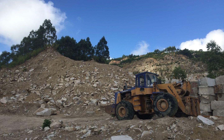 8月27日,蔡坑矿区,被开采作业破坏的山体。 新京报记者 张胜坡 摄