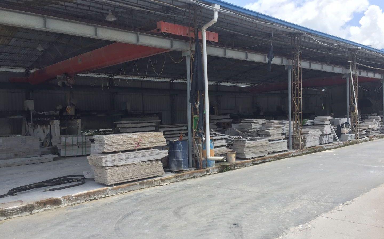 8月27日,赤岭乡一家停工的石材加工厂。 新京报记者 张胜坡 摄