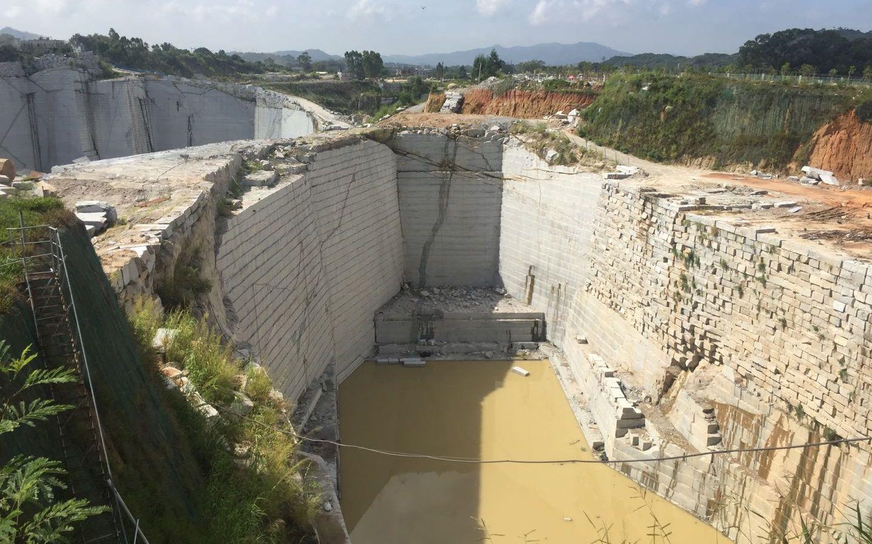 8月27日,漳浦县某处已经封闭的矿坑。 新京报记者 张胜坡 摄