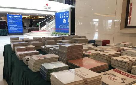 今年两会新闻中心的书报展台。中评社