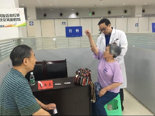 重庆市急救中心组织为广大天空彩工作者送上节日的礼物