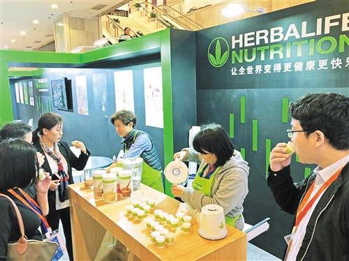 在第三届特殊食品产业展览会上,蛋白混合饮料等营养品备受年轻女性欢迎。吉蕾蕾摄