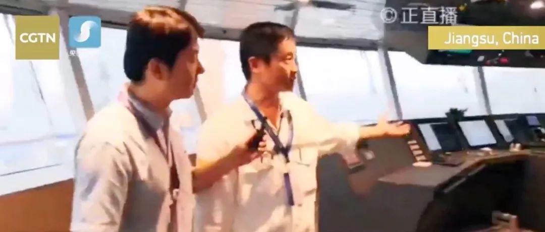 ▲记者在邮轮驾驶室(CGTN报道截图)
