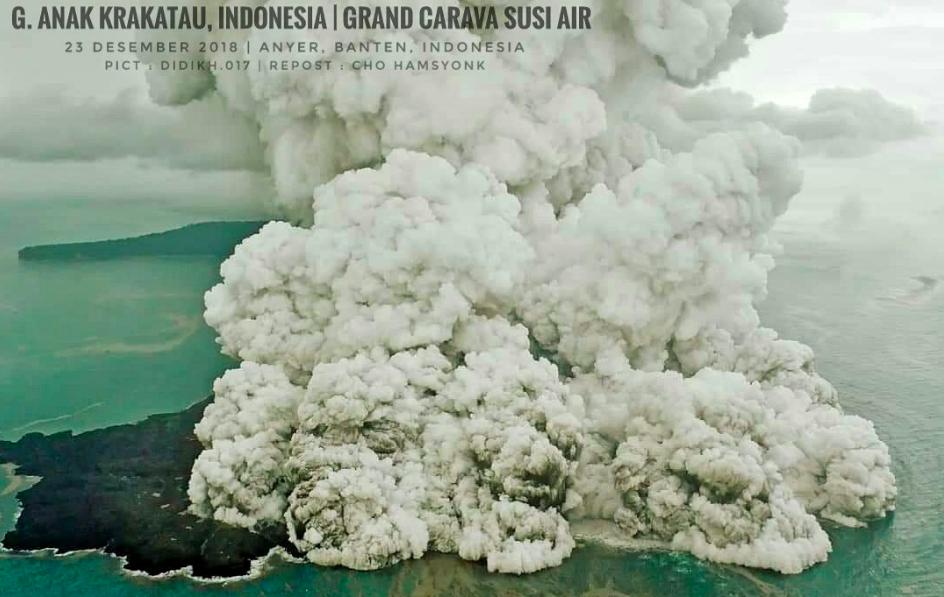 印度尼西亚抗灾署说话人苏托波在推特上传了这次喀拉喀托火山喷发的航拍图。