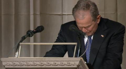 幼布什在父亲葬礼上致哀辞,矮头沉默数秒。(美国《国会山报》)