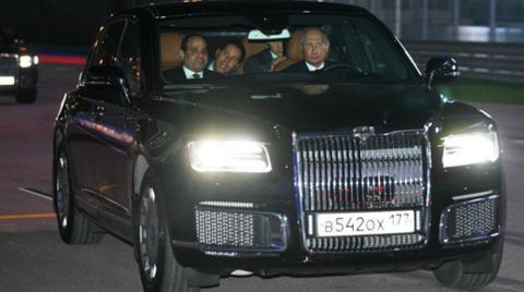 """普京亲自驾驶该款汽车带埃及总统""""兜风"""" (图源:俄罗斯卫星通讯社)"""