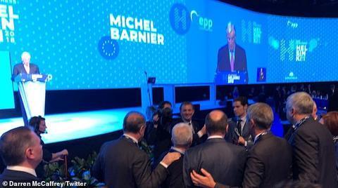 巴尼耶尽力吸引观众目光,但台下一片混乱。(图:《每日邮报》截取自推特)